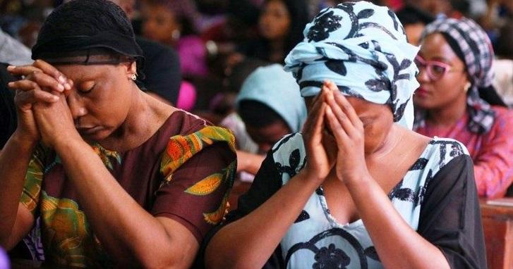 Mujeres nigerianas rezan por familiares asesinados.